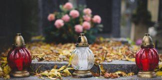 znicze i kwiaty na grobie