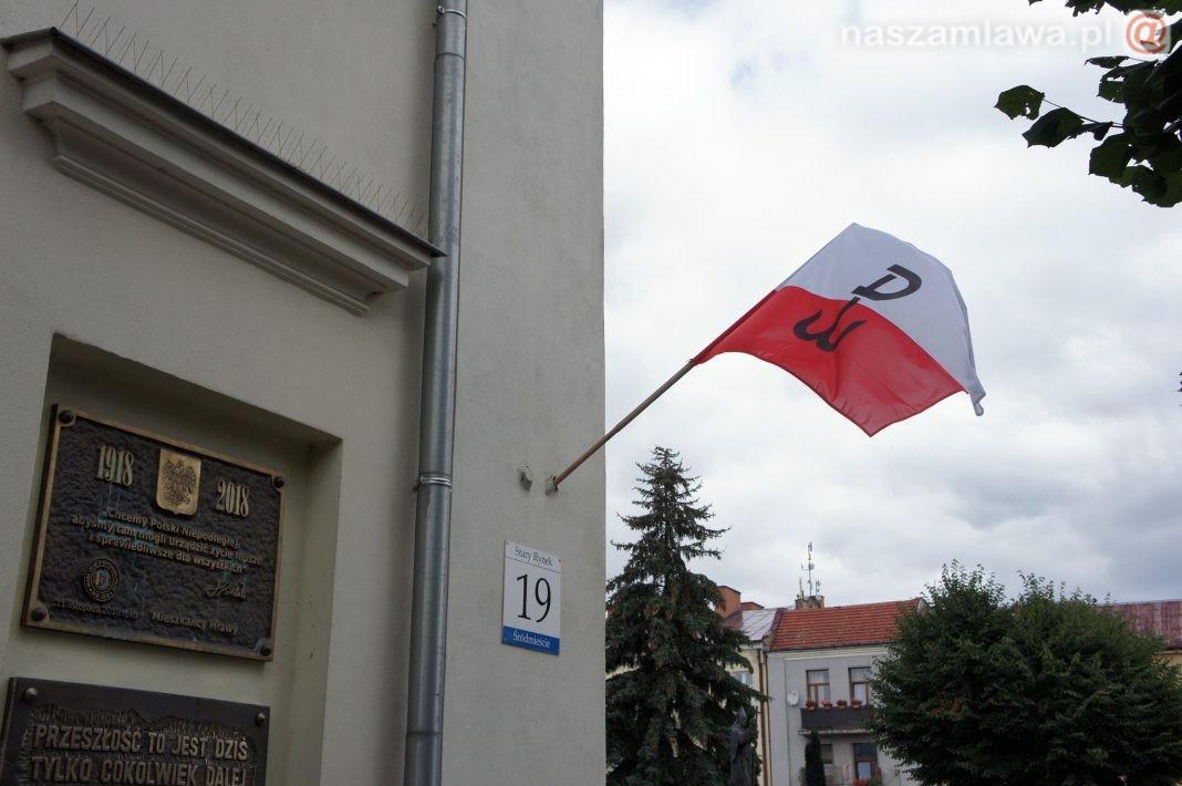 Polska flaga z symbolem Polski walczącej