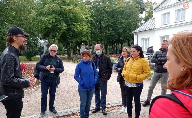 Grupa obcokrajowców zwiedzająca Mławę