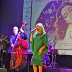 Grażyna Auguścik śpiewa na scenie w Mławie