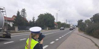 Policjantka mierząca prędkość