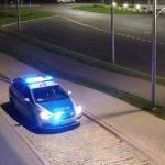 Policyjny oznakowany samochód na sygnale