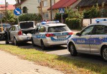 Oznakowane radiowozy oraz samochód osoby zatrzymanej