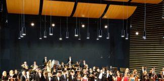 Wykonawcy na scenie szkoły muzycznej w Mławie
