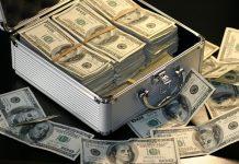 Otwarta walizka z pieniędzmi